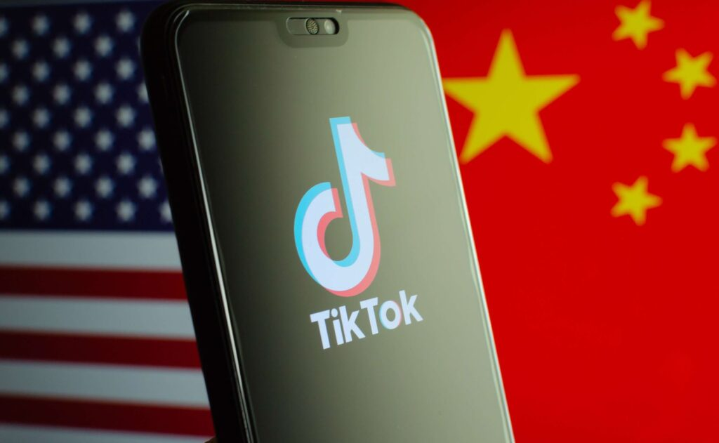 This image focuses on how American people have started uninstalling TikTok from their mobile phones