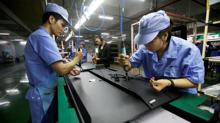 This pic shows workers in a Chinese manufacturing company